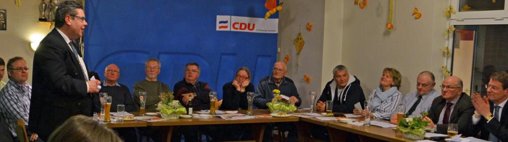 Der Kreistagskandidat Claus Peer Dieck  gratuliert der Spitzenkandidatin