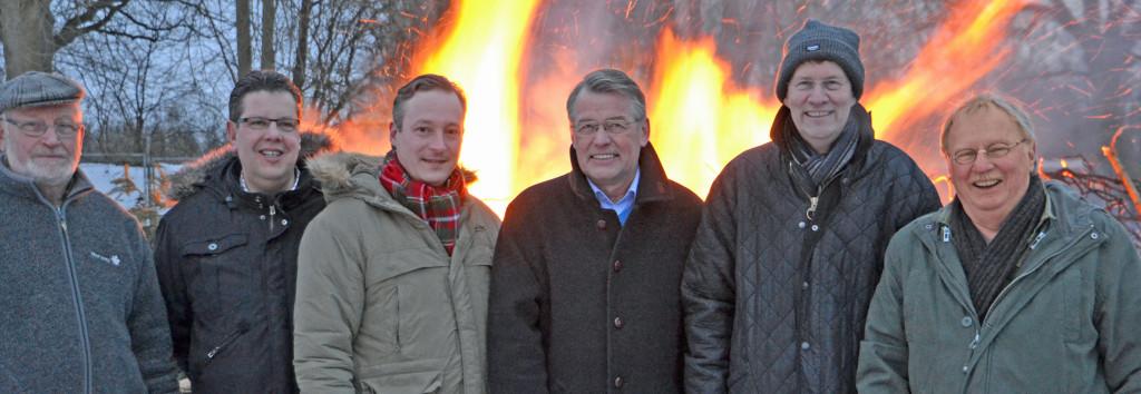 18.00 Uhr beim Osterfeuer in Itzstedt: (vlnr.) Peter Reese (CDU Bürgermeisterkandidat in Itzstedt), Claus Peter Dieck (stellvertretender Landrat), Dr. Axel Bernstein (Landtagsabgeordneter), Reimer Böge (CDU-Landesvorsitzender und Europaabgeordneter), Gero Storjohann (CDU-Kreisvorsitzender und Bundestagsabgeordneter) und Uwe Voss (CDU-Kreistagskandidat)