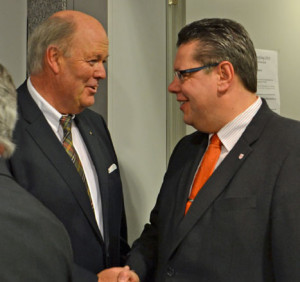 Oberbürgermeister Hans-Joachim Grote begrüßt den stellvertretenden Landrat Claus Peter Dieck